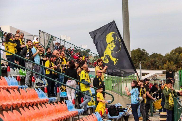 קהל במשחק חוץ עם דגל ז'בו
